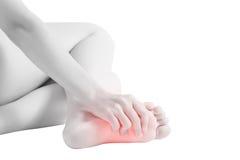 Dolore acuto nei piedi di una donna isolati su fondo bianco Percorso di ritaglio su fondo bianco fotografia stock libera da diritti