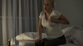 Dolore acuto nel suo petto, attacco di cuore di sensibilità della donna di sofferenza alla notte, salute archivi video