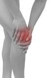 Dolore acuto in un ginocchio della donna. Mano femminile della tenuta al punto del ginocchio Fotografie Stock Libere da Diritti