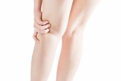 Dolore acuto in un giunto pieghevole della donna della gamba isolata su fondo bianco Percorso di ritaglio su fondo bianco immagini stock