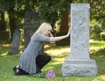 Dolore commovente nel cimitero Fotografie Stock