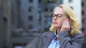 Dolore convenzionale della mandibola di sensibilità del vestito di signora senior, infiammazione di linfonodi, sanità video d archivio