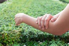 Dolore del braccio della donna Fotografia Stock Libera da Diritti