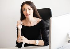Dolore del braccio L'impiegato di concetto femminile sta avendo lesione di sindrome dell'ufficio sul suo polso fotografia stock