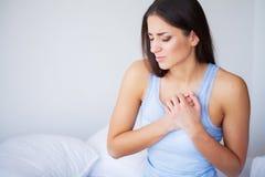 Dolore del cuore Bella donna che soffre dal dolore nei problemi di salute del petto fotografia stock