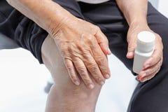 Dolore del ginocchio, danno funzionale in anziani fotografia stock