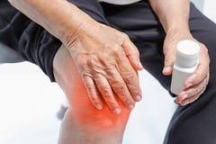 Dolore del ginocchio, danno funzionale in anziani immagini stock
