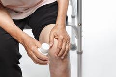 Dolore del ginocchio, danno funzionale in anziani fotografia stock libera da diritti