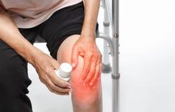 Dolore del ginocchio, danno funzionale in anziani fotografie stock libere da diritti