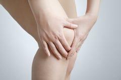 Dolore del ginocchio della donna Immagini Stock Libere da Diritti