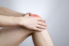 Dolore del ginocchio in uomini Fotografie Stock Libere da Diritti