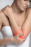 Dolore del gomito Bello ente femminile del primo piano con dolore in armi Fotografie Stock