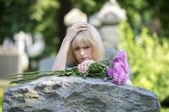 Dolore del primo piano nel cimitero Immagini Stock
