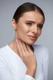 Dolore della gola Bella donna che ha gola irritata, sensibilità dolorosa Fotografie Stock