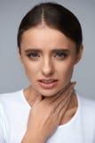 Dolore della gola Bella donna che ha gola irritata, sensibilità dolorosa Immagine Stock