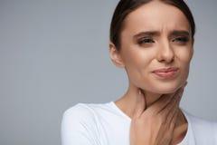 Dolore della gola Bella donna che ha gola irritata, sensibilità dolorosa Immagini Stock Libere da Diritti
