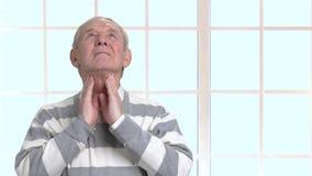 Dolore della gola di sensibilità dell'uomo anziano video d archivio