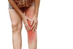 Dolore di corpo ente femminile del primo piano con dolore in ginocchia Mani della donna Fotografie Stock
