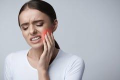 Dolore di dente Bella donna che ritiene forte dolore, mal di denti fotografie stock