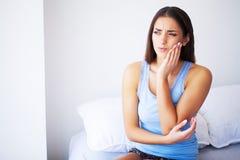 Dolore di denti Bella donna che soffre dal mal di denti doloroso fotografia stock