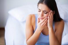 Dolore di denti Bella donna che soffre dal mal di denti doloroso immagini stock