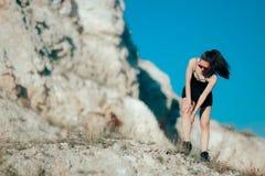 Dolore di gamba femminile di sensibilità del pareggiatore dopo avere eseguito lesione accidentale Immagini Stock