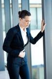 Dolore di periodo della donna di affari Immagine Stock