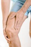 Dolore di sensibilità dell'uomo dell'atleta al quadricipite ed al ginocchio Fotografia Stock