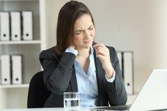 Dolore di sofferenza del collo della donna di affari che prende una pillola Fotografie Stock