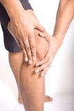 Dolore di sofferenza dell'uomo sul ginocchio Fotografia Stock