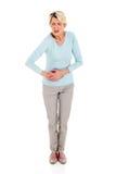 Dolore di stomaco maggiore della donna isolato Fotografia Stock