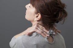 Dolore e pressione di rilassamento in collo ed in spalle Fotografia Stock