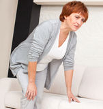 Dolore femminile nel ginocchio fotografia stock