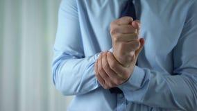 Dolore maschio del polso di sensibilità del responsabile, infiammazione unita, sindrome del tunnel carpale archivi video