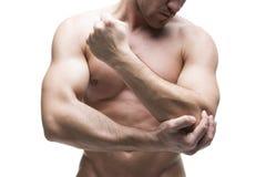 Dolore nel gomito Ente maschio muscolare Isolato su priorità bassa bianca Fotografie Stock Libere da Diritti