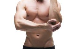 Dolore nel gomito Ente maschio muscolare Isolato su priorità bassa bianca Immagini Stock
