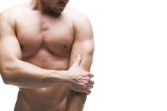 Dolore nel gomito Ente maschio muscolare Isolato su priorità bassa bianca con lo spazio della copia Immagine Stock