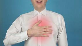 Dolore nella gabbia toracica nell'area dei polmoni dovuto la bronchite o l'asma Infarto Concetto di infarto miocardico archivi video