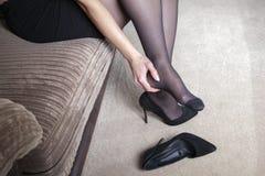 Dolore stanco di tatto della donna di affari immagini stock libere da diritti