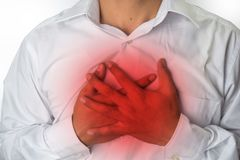 Dolore toracico dell'uomo da riflusso acido o da bruciore di stomaco, isolato su fondo bianco immagini stock libere da diritti