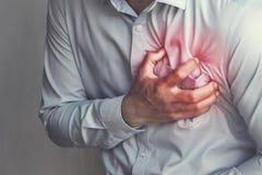 dolore toracico della gente da attacco di cuore Sanità immagini stock