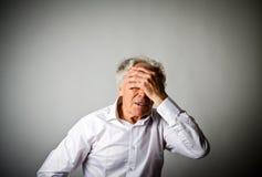 dolore Uomo anziano nei pensieri immagine stock