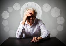 dolore Uomo anziano nei pensieri L'uomo anziano sta aspettando Il tempo sta passando Fotografia Stock Libera da Diritti