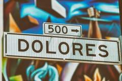 Dolores Street Road en San Francisco con arte borroso de la calle encendido fotografía de archivo
