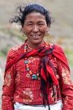 dolpo nepal som ler den tibetana övrekvinnan Fotografering för Bildbyråer