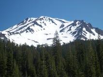 Dolt berg för härlig snö arkivbild