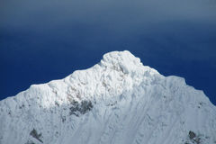 Dolt högt berg för farlig snö Arkivbilder