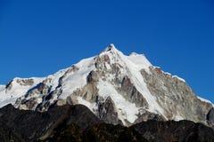 Dolt högt berg för snö Arkivfoto