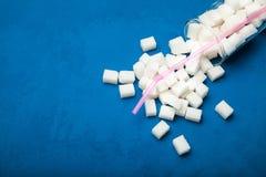 Dolt socker i kolsyrade drinkar, begrepp arkivbild