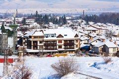 Domów i śnieg gór panorama w bulgarian ośrodku narciarskim Bansko Obrazy Stock